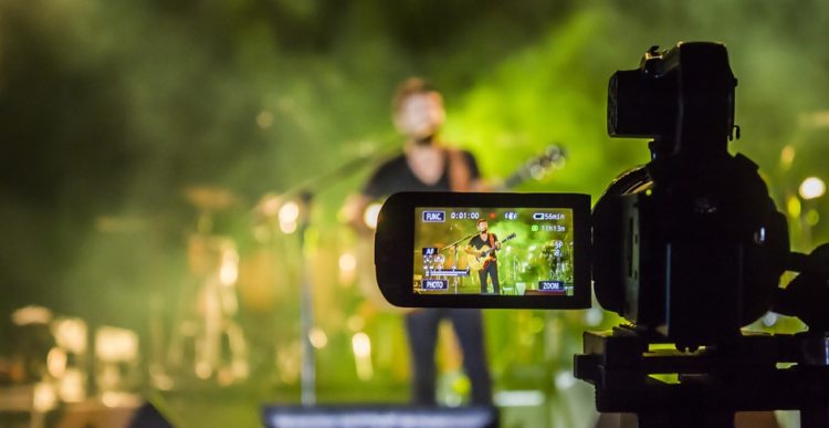 learn how to keep customers on your website by including engaging videos on your content